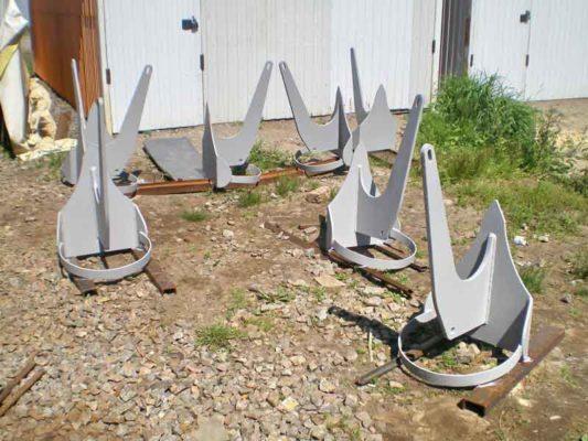 Якоря для установки понтонов обеспечивают надежное забирание в грунт