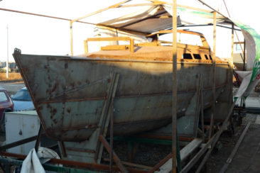 Стальной корпус парусной яхты на стапеле