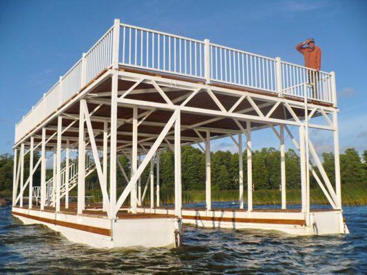 Плавучий причальный комплекс обеспечивает стоянку катера под крышей
