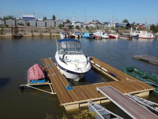 П-образный понтон лучше защищает яхту на стоянке