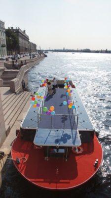 Площадка на крыше экскурсионного судна