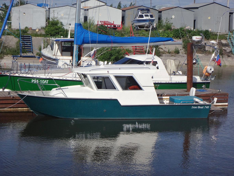 Iron Boat 740 с рубкой у причала
