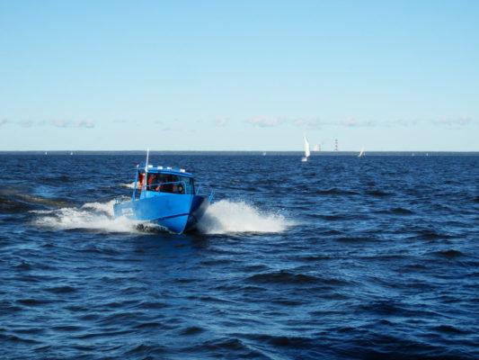 Стальная рабочая лодка на заливе