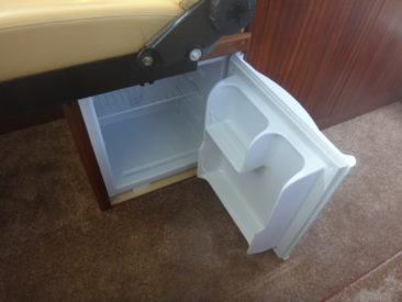 Под креслом рулевого установлен холодильник