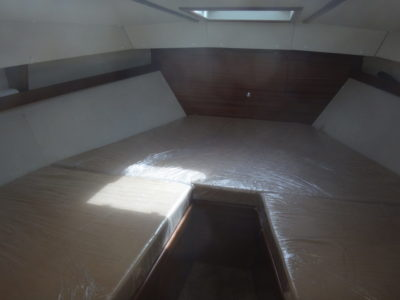 П-образная койка в носовой каюте Iron Boat 740