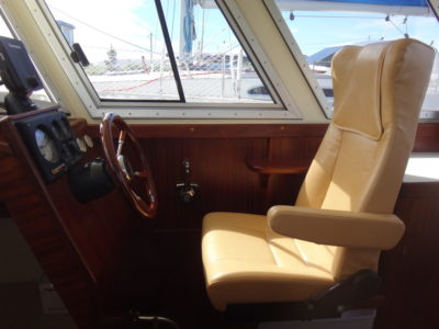 Место рулевого на катере Iron Boat 740