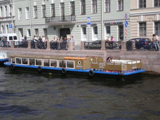 Экскурсионное судно Меркурий-5 у набережной