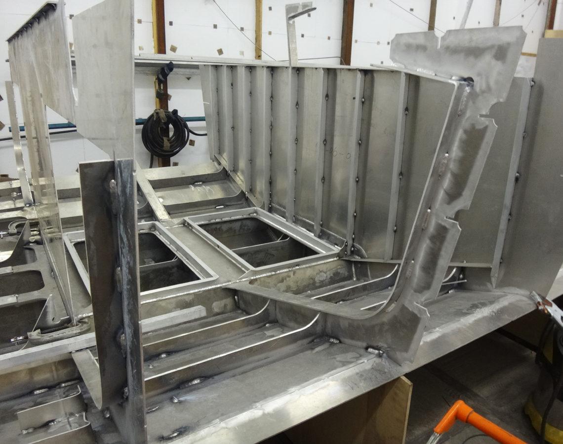 Начало сборки конструкции корпуса катера