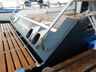 Поручни и воздухозаборники из нержавеющей стали придают катеру элегантный вид