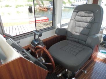 Комфортное кресло судоводителя имеет массу регулировок