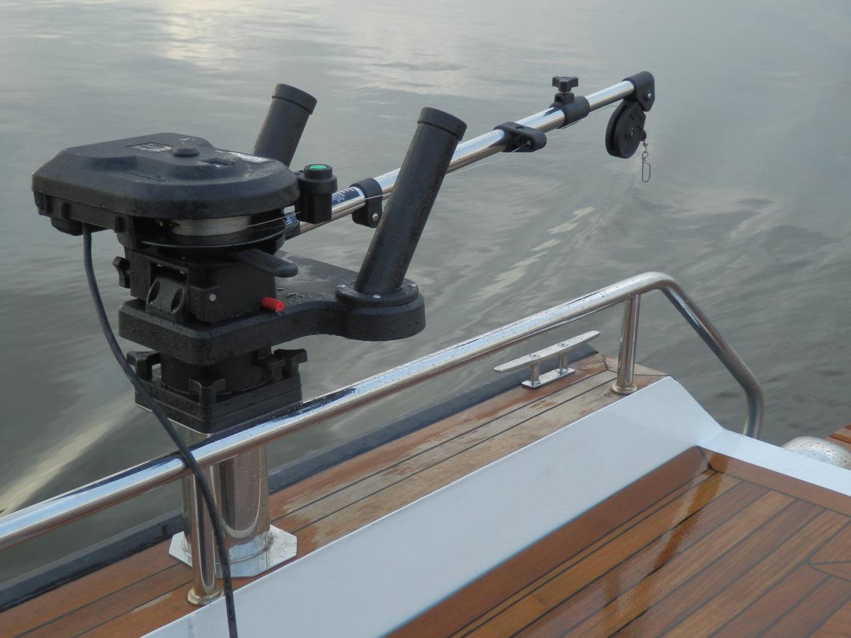как установить даунриггер на лодку