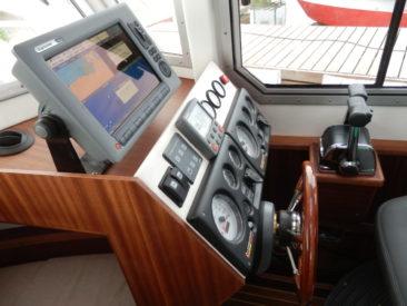 Рулевая консоль с приборами контроля двигателей, интегрированным картплоттером-радаром-эхолотом и автопилотом