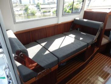В сложенном состоянии стол и два сиденья образуют спальное место