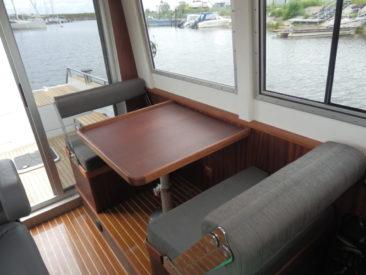 Складной столик и сиденья в салоне