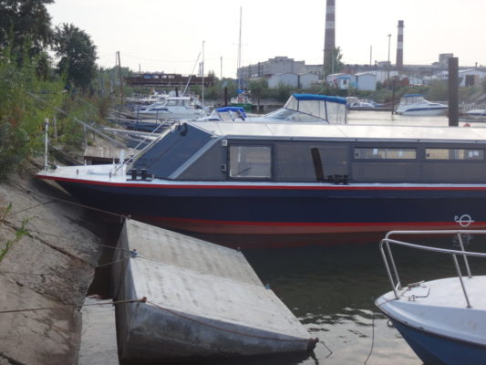Экскурсионное пассажирское судно типа Мойка - вид сбоку