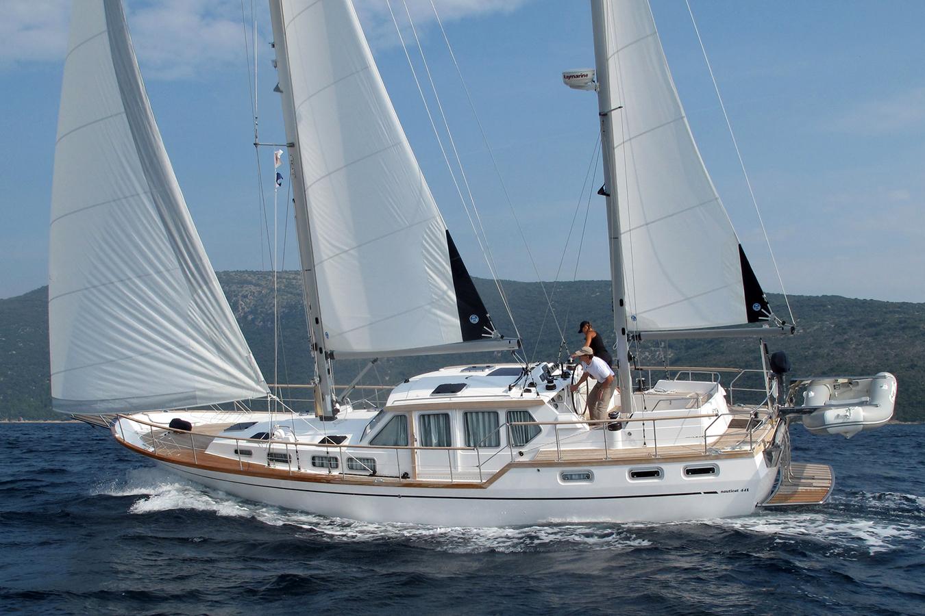 Nauticat - классический motorsailer с большой рулевой рубкой, которая является неразрывным продолжением надстройки в центральной части.