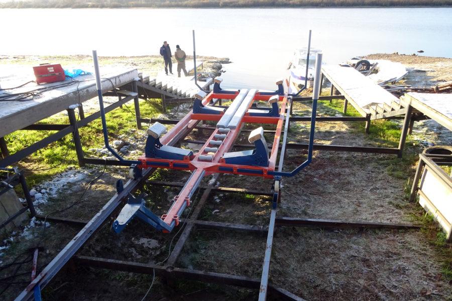 Береговой слип для катера (спуско-подъёмное устройство) с рельсовым путем.