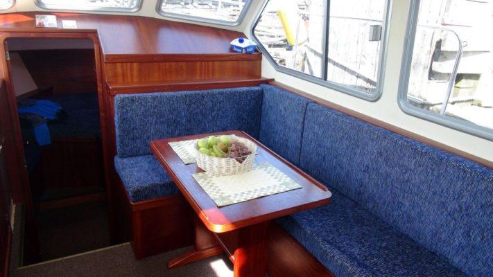 Центральный салон яхты Melody Bay 1000, светлый и просторный