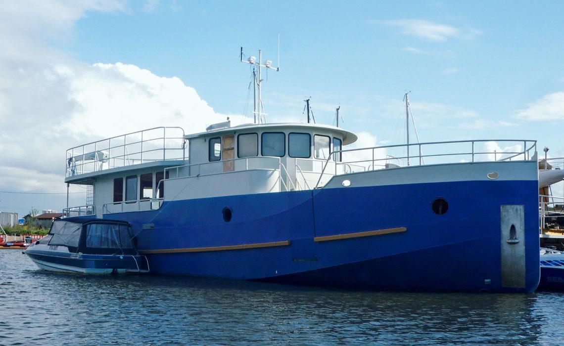 Яхта-coaster у родного причала в Балтийце