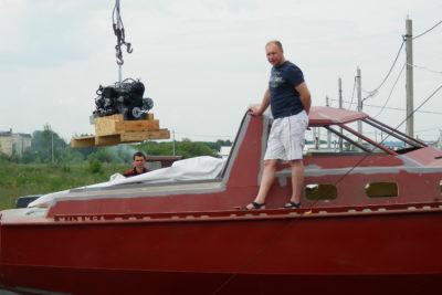 Установка двигателя в машинное отделение яхты