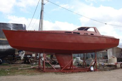 Загрунтованный стальной корпус яхты