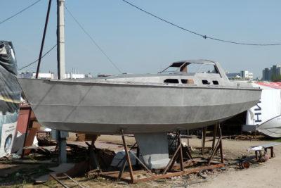Готовый стальной корпус для парусной яхты после пескоструйной обработки