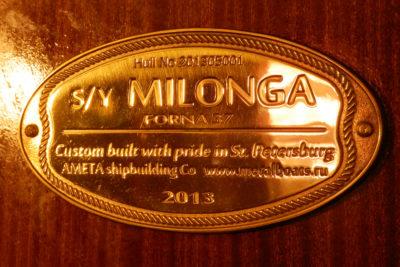 Табличка производителя на переборке салона яхты Milonga (Forna 37)