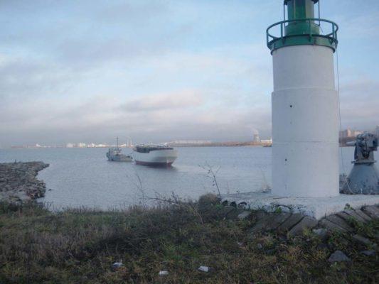 Двухпарусная шхуна уходит из Балтийца на достройку