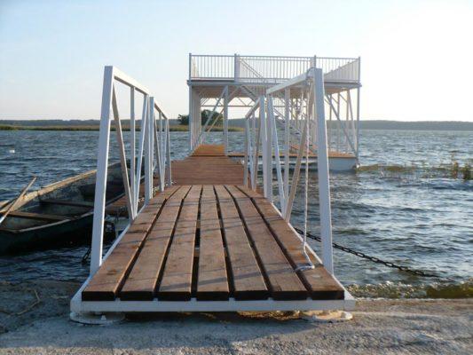 Ряд понтонов и сходня обеспечивают подход к причальному комплексу с берега
