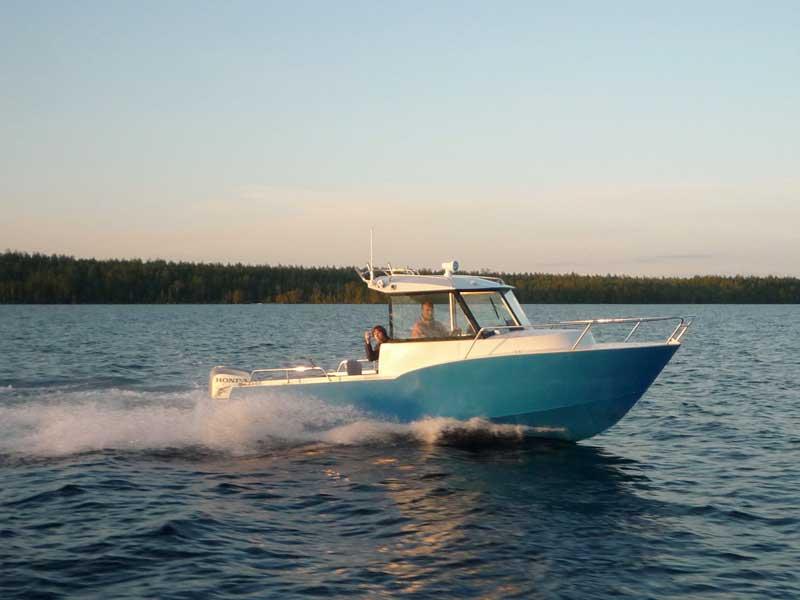 Катер Iron Boat 740 у причала на ходу