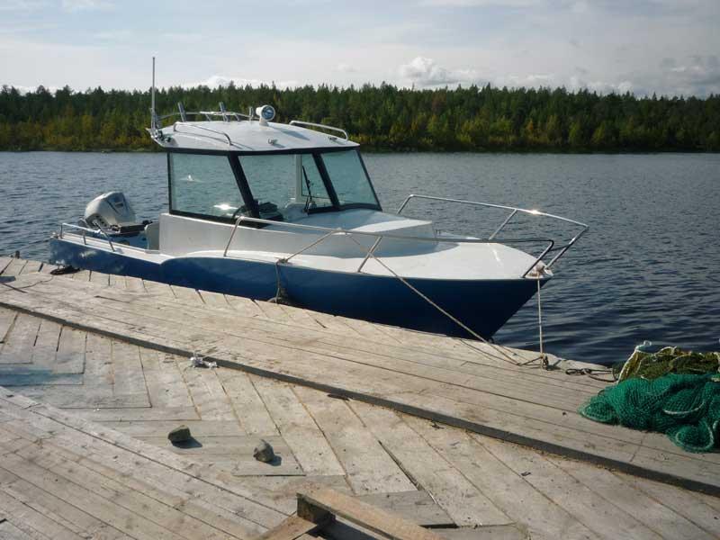 Рабочий стальной катер Iron Boat 740 у причала