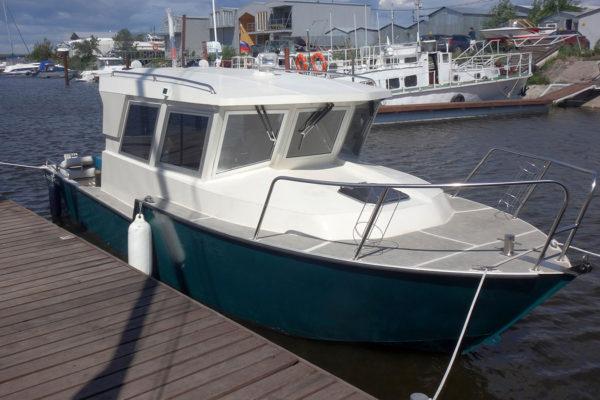 Iron Boat 740 последней версии у причала