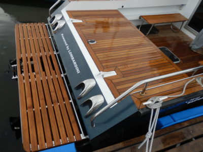 Капот моторного отсека и кормовая площадка, отделанные тиком, образуют удобный подход к воде