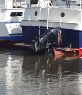 Подвесной мотор на моторной голландской яхте