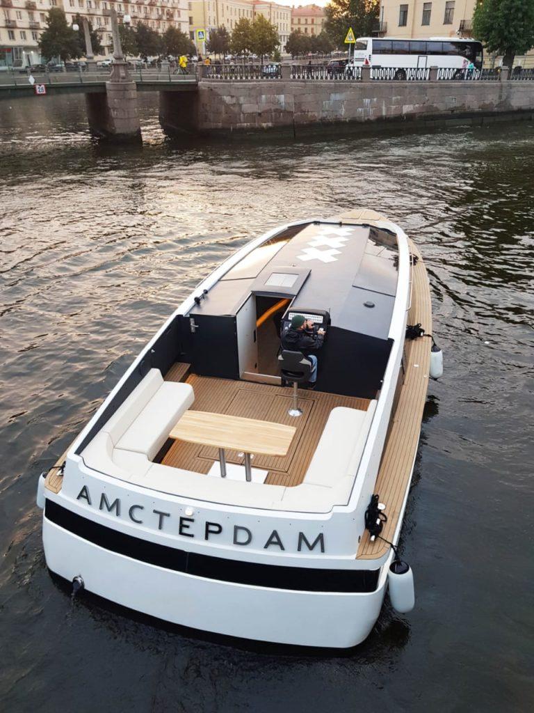 Прогулочный катер бизнес-класса Амстердам на каналах Петербурга